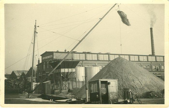 Een zandschip wordt gelost met de zelflosinstallatie in Utrecht naast de Draadnagelfabriek Neerlandia. Fotograaf en jaar onbekend.