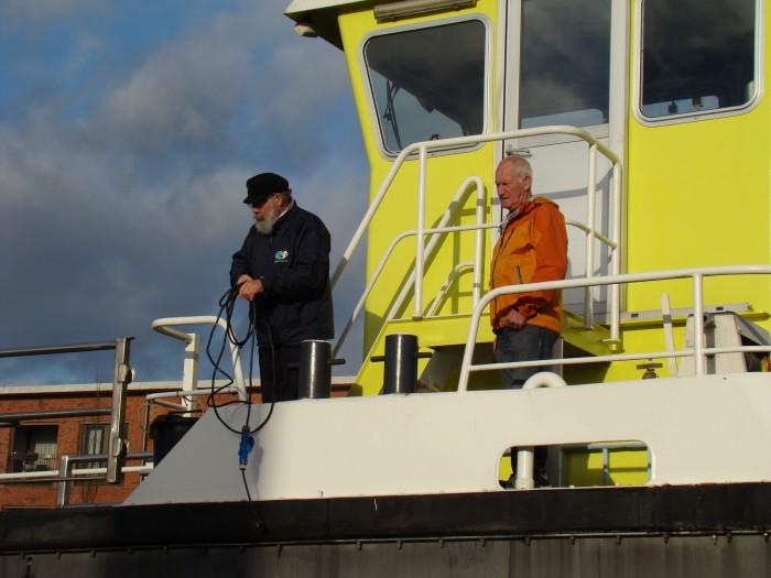 Pontbazen Willem Oosterlee  (links) en Martin Edelbroek houden een oogje in het zeil.