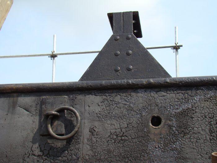 Aan weerszijden op het dek staan 'stoelen'. Daar rustte vroeger het wegdek van de schipbrug op. De ring eronder zit er ook van oudsher. Waar deze ringen precies voor hebben gediend is niet bekend.
